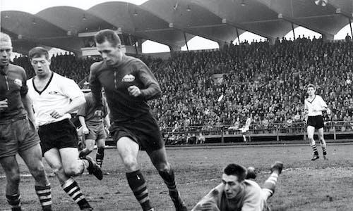 Semifinalen mot Rosenborg foran 25.000 seierssikre trøndere glemmer jeg aldri, sier Reidar Olsen.  Bildet viser Rosenborgs landslagsspiss, John Krogh, som må gi tapt for  ReidarOlsen som får god hjelp av Per Sønstabø (med ballen) og lagkaptein og nestor, Arne Pensgård.
