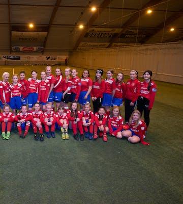 Jentefotballen blomstrer i Vard. Hver fredag ettermiddag trener rundt 40 jenter i alderen 11 til 13 år i Vardhallen. Foto: Eirik S. Lund/Foto Erik