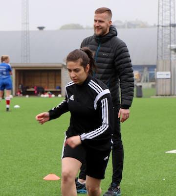 Oddbjørn Skartun er leder for Vardmodellen, og trener for laget til Nasma (18) og lagvenninnene. | Foto: Lars Fisketjøn