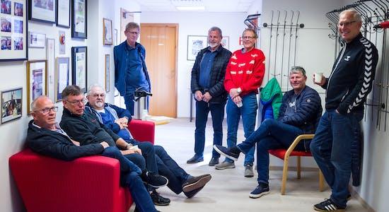 Kaffekoppen, praten og de humørfylte kommentarene er en vesentlig del av dugnadsgjengens treff. Fra venstre: Magnus Bua, Svein Olav Underhaug, Arne Lie, Ole A. Glette, Hans Høie, Svein Våge, Finn Nistad jr og Atle Sternhoff. Ole Østrem er også med i gjengen, men er ikke med på bildet. Foto: Eva M. Sternhoff